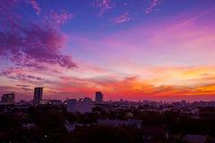 黄昏在都市城市的云彩天空 库存照片