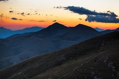 黄昏在Rocca卡拉肖,意大利附近的阿布鲁佐山 库存照片