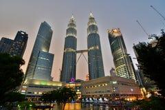 黄昏天然碱耸立孪生 吉隆坡 马来西亚 库存照片