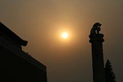 黄昏太阳通过北京阴霾刺穿,创造在龙柱子的金黄光 图库摄影