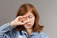 昏昏欲睡的眼睛人员摩擦 免版税库存图片