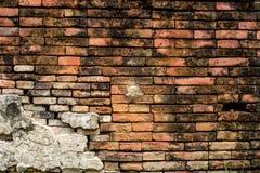 昏暗地被点燃的老砖墙纹理blackground 免版税库存图片