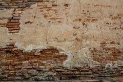 昏暗地被点燃的老砖墙纹理blackground 免版税库存照片