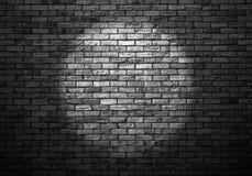昏暗地被点燃的老砖墙 免版税库存照片