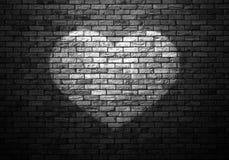 昏暗地被点燃的老砖墙 免版税库存图片