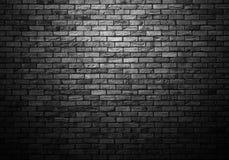 昏暗地被点燃的老砖墙 库存照片