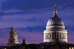 黄昏的圣保罗大教堂 库存照片