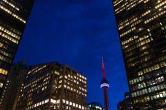 黄昏的多伦多加拿大国家电视塔和摩天大楼 免版税库存图片