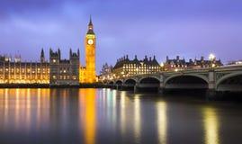 黄昏的威斯敏斯特一多云天,伦敦在英国 免版税库存图片