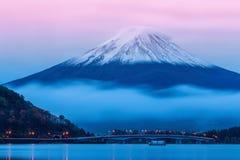 黄昏的富士山在河口湖附近在山梨县, 免版税库存图片