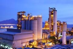 黄昏的工厂设备 库存图片
