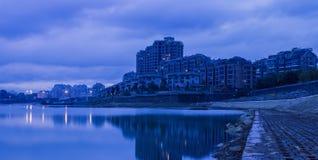黄昏的河沿河 图库摄影