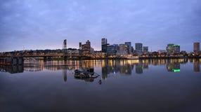 黄昏的波特兰俄勒冈街市江边 免版税库存照片
