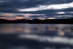 黄昏的湖 免版税库存图片