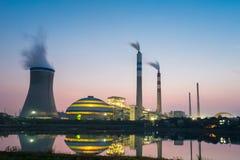 黄昏的煤电植物 免版税库存图片