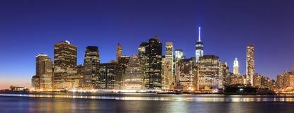 黄昏的纽约曼哈顿中间地区与摩天大楼illumin 库存照片