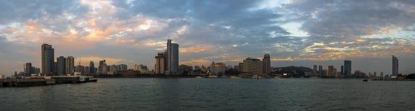 黄昏的美丽的沿海城市 免版税库存图片