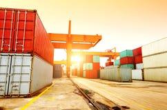 黄昏的集装箱码头 免版税库存照片
