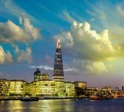 黄昏的,从河的全景新的伦敦市政厅 库存照片
