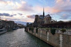 黄昏的巴黎圣母院 免版税库存图片