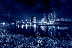 黄昏的Benjakitti公园,曼谷,泰国 免版税库存图片