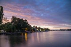 黄昏的Dahme河,柏林, Grunau 免版税库存图片