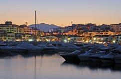 黄昏的Puerto Banus小游艇船坞 库存图片
