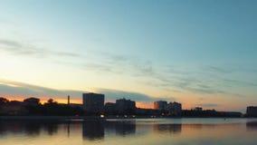黄昏 转折从天到看在Vilga河,阿斯特拉罕,俄罗斯的夜 时间间隔射击 影视素材