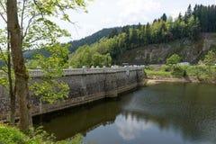 易北河水库的老水坝在Spindleruv mlyn附近的 免版税图库摄影