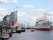 易北河爱好音乐霍尔和博物馆在汉堡,德国运送 免版税库存图片