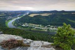 易北河看法从Lilienstein观点, Nationalparks Sächsische Schweiz 河风景在德国 夏天风景与 免版税库存图片