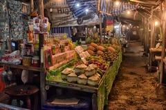 贸易商在夜市场上在泰国 免版税库存照片