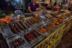 贸易商在夜市场上在泰国 免版税库存图片