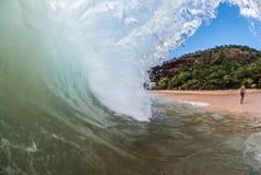 轻易地胜过波浪的冲浪者 库存图片