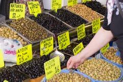 贸易的橄榄在街道土耳其语市场上 免版税库存照片