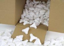 易碎的包裹的保护的聚苯乙烯泡沫塑料花生 免版税库存图片