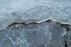 易碎裂化的冰冬天分界单独的冰河世纪结冰的分开的背景 库存照片