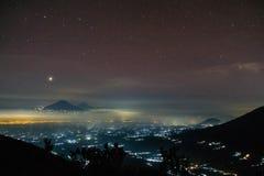 星光和城市光 库存照片