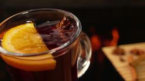 星号茴香在一个精密杯子从上面落被仔细考虑的酒 股票视频