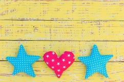星和心脏装饰在葡萄酒木背景与拷贝空间 免版税库存图片