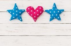 星和心脏边界在白色木背景贺卡的 免版税库存照片