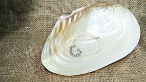 星和月牙珍珠镯子 库存照片