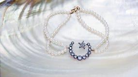 星和月牙珍珠镯子 库存图片