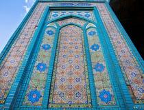 星和波斯瓦片的五颜六色的样式在19个世纪清真寺的墙壁上的在老城伊朗 免版税库存照片