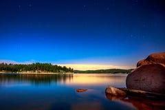 星和湖由月光在垒水库 免版税库存图片
