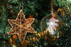 星和球在圣诞树 免版税库存图片