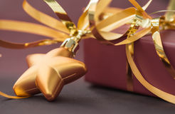以星和礼物盒的形式圣诞节装饰 库存照片