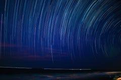 星在夜空的足迹圈子在海滩 免版税库存照片