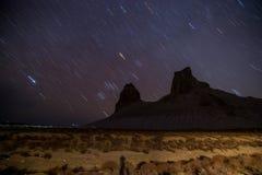 星在Boszhira山峡谷, Mangistau,哈萨克斯坦沙漠的晚上落后春天 库存图片
