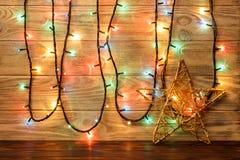 星对象在地板上反对木墙壁的背景 大星形 库存图片